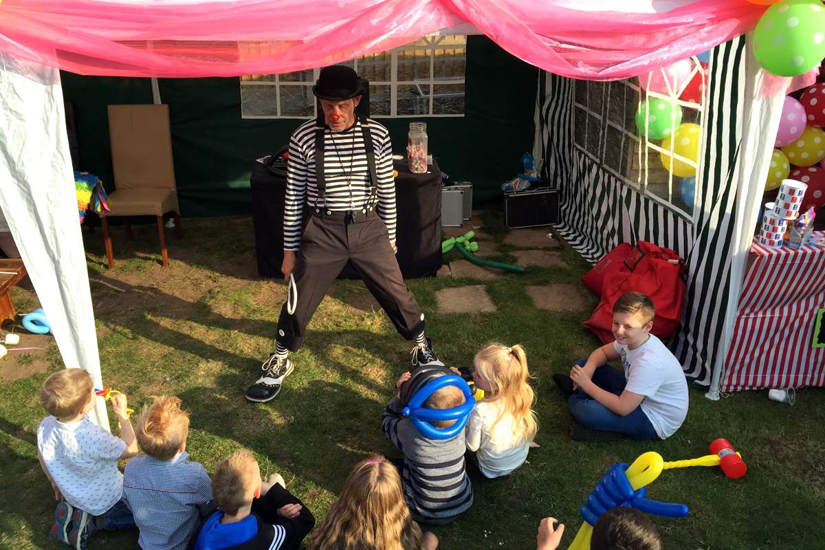 Traditional Party Games, Parachute Games available in Boston, Sleaford, Lincolnshire, Lincoln, Newark, Nottinghamshire, Rutland, Northampton, South Yorkshire, have a go