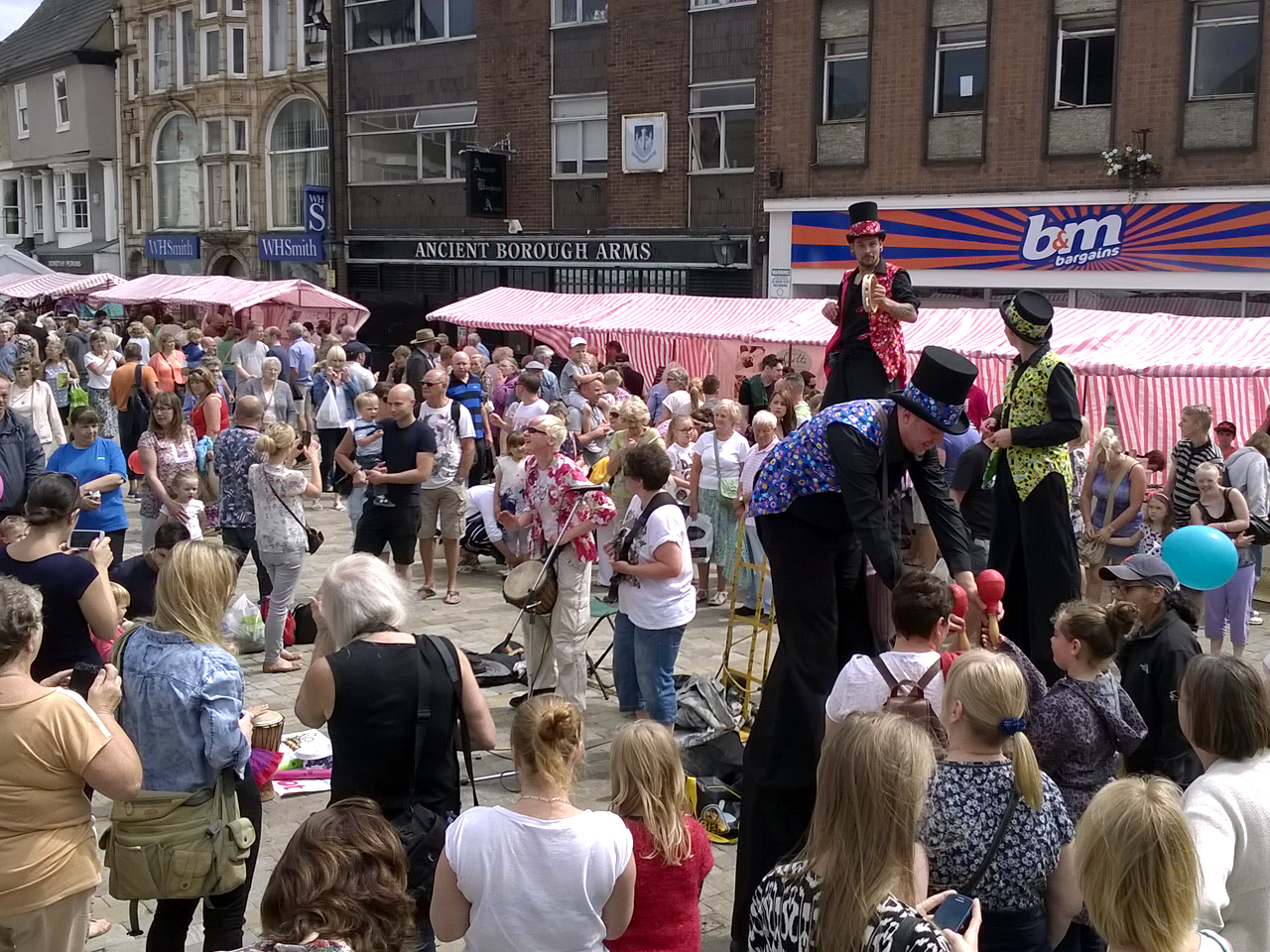 The Joker Entertainment catering to Public Events in the East Midlands, Nottingham, Nottinghamshire, South Yorkshire, Lincolnshire, Lincoln. Performing with stilt walking, balloon modelling, face painting, circus workshops, participation activities