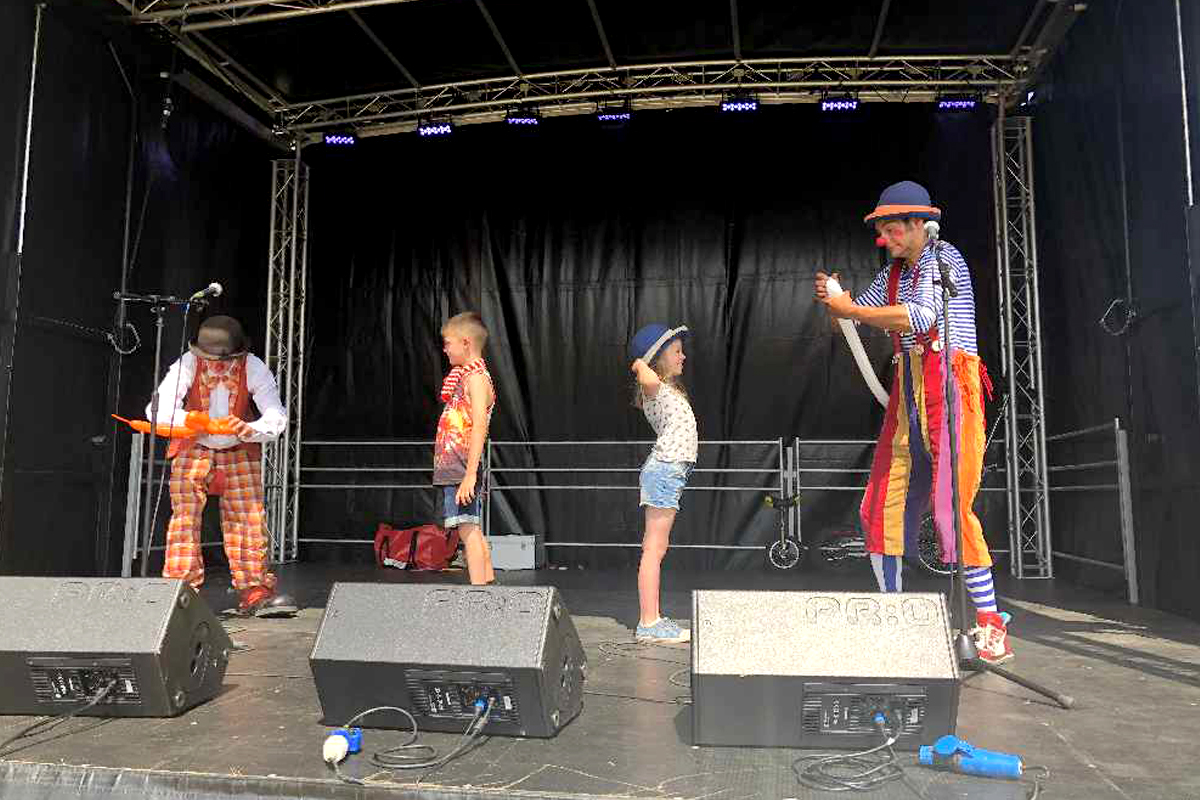 Family friendly stage shows, clown shows from The Joker Entertainment providing circus entertainment, circus skills, stilt walking, balloon modelling, participation activity's and face painting in the Midlands, Nottinghamshire, Yorkshire, Leicestershire, Lincolnshire, Chesterfield, Wingerworth, Matlock, Derbyshire, Darley Dale, Clowne, Alfreton, Ripley, Wirksworth, Sutton in Ashfield, Kirkby in Ashfield, Nottinghamshire, Leicestershire, Staffordshire, Lincolnshire, South Yorkshire